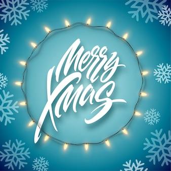 Kerst elektrische slinger van gloeilampen en merry christmas belettering op een blauwe achtergrond met sneeuwvlokken. vector illustratie eps10