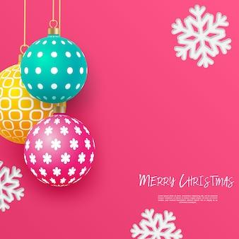 Kerst heldere veelkleurige kerstballen met geometrische patronen en sneeuwvlokken. abstracte kerst achtergrond in felle kleuren. plaats voor uw tekst.