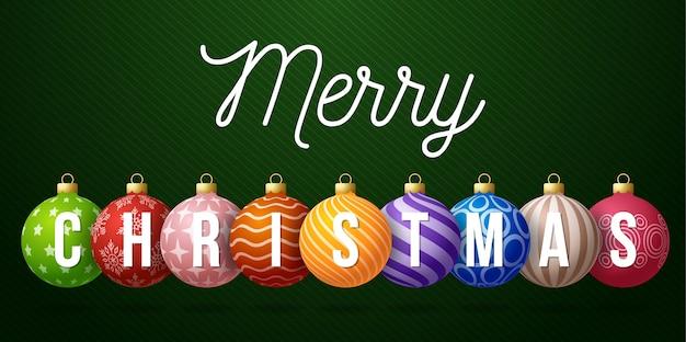 Kerst horizontale promo banner. vakantie illustratie met tekst kerstmis op realistische sierlijke kleurrijke ballen op groene achtergrond.