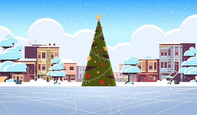 Kerst ijsbaan leeg geen mensen besneeuwde stad straat met versierde dennenboom vrolijk kerstfeest wintervakantie concept stadsgezicht wenskaart horizontale vector illustratie