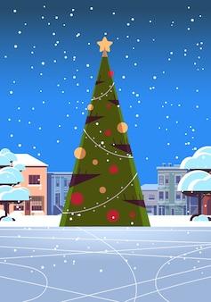 Kerst ijsbaan leeg geen mensen besneeuwde stad straat met versierde dennenboom vrolijk kerstfeest wintervakantie concept stadsgezicht wenskaart verticale vector illustratie