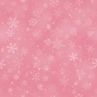 Kerst naadloos patroon van sneeuwvlokken in verschillende vormen, maten en transparantie, op roze achtergrond