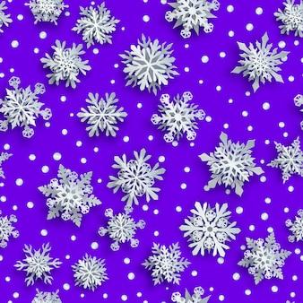 Kerst naadloos patroon van witte complexe papieren sneeuwvlokken met zachte schaduwen op paarse achtergrond