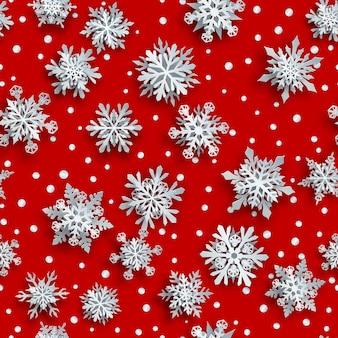Kerst naadloos patroon van witte complexe papieren sneeuwvlokken met zachte schaduwen op rode achtergrond