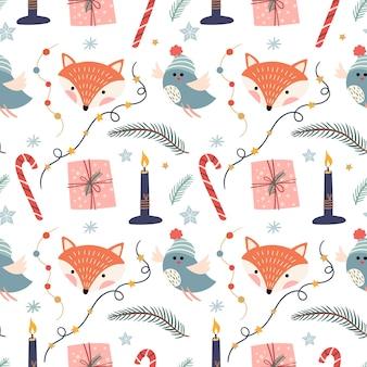 Kerst naadloze patroon met vossen, vogels, kaarsen en ornamenten