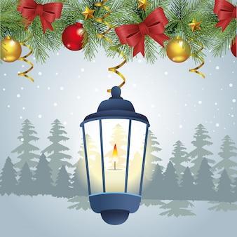 Kerst ornamenten en kaars over besneeuwde scène