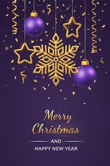 Kerst paars met hangende glanzende gouden sneeuwvlokken
