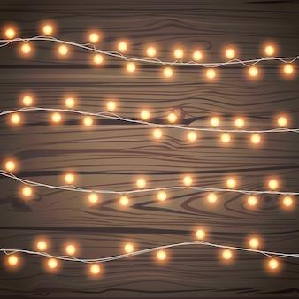 Kerst slingers geïsoleerd op houten achtergrond