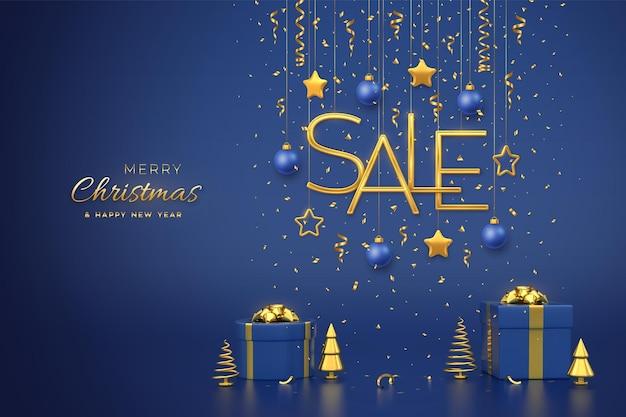 Kerst verkoop ontwerp banner. opknoping gouden metalen verkoop letters met 3d-sterren, ballen op blauwe achtergrond. geschenkdozen en gouden metalen dennen of sparren, kegelvormige sparren. vector illustratie.