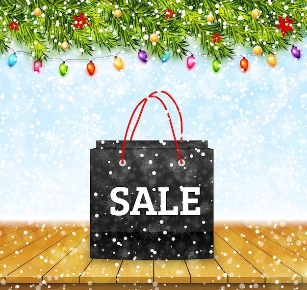 Kerst verkoop. shoping papieren zak op houten tafelblad met winter achtergrond