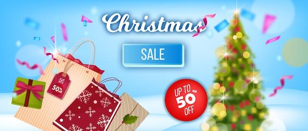 Kerst wintervakantie verkoop banner met versierde kerstboom, boodschappentassen, geschenkdoos, prijskaartje