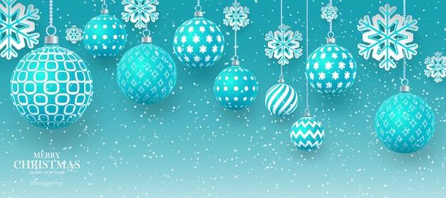 Kerst zacht groene kerstballen met geometrische patronen en sneeuwvlokken. abstracte kerst achtergrond in pastel kleuren. een plek voor uw tekst.