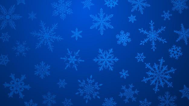 Kerstachtergrond met verschillende complexe grote en kleine sneeuwvlokken in blauwe kleuren