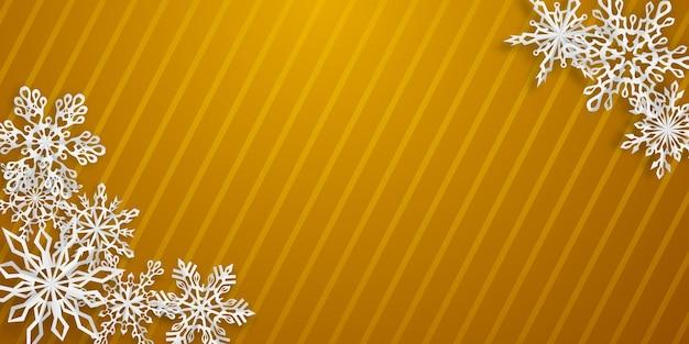 Kerstachtergrond met verschillende papieren sneeuwvlokken met zachte schaduwen op geel gestreepte achtergrond