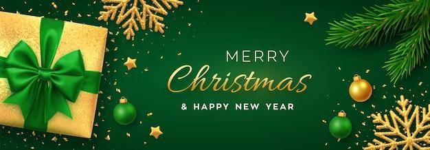 Kerstachtergrond met vierkante papieren banner, realistische groene geschenkdoos met strik, pijnboomtakken, gouden sterren en glittersneeuwvlok, ballenbal. xmas achtergrond, wenskaarten. vector illustratie.