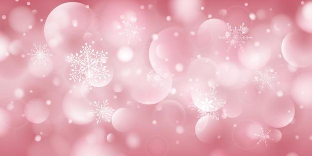 Kerstachtergrond van complexe grote en kleine vallende sneeuwvlokken in roze kleuren met bokeh-effect