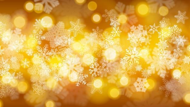 Kerstachtergrond van grote en kleine sneeuwvlokken met bokeh-effect, in gouden kleuren