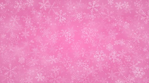 Kerstachtergrond van sneeuwvlokken in verschillende vormen, maten en transparantie in roze kleuren