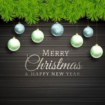 Kerstballen en pine tree bladeren op houten achtergrond