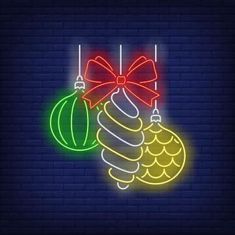 Kerstballen en strik in neon stijl