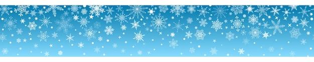 Kerstbanner van verschillende complexe grote en kleine sneeuwvlokken met horizontale naadloze herhaling, wit op lichtblauwe achtergrond