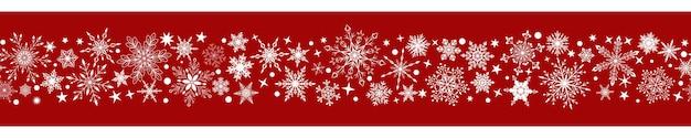 Kerstbanner van verschillende complexe grote en kleine sneeuwvlokken met horizontale naadloze herhaling, wit op rode achtergrond