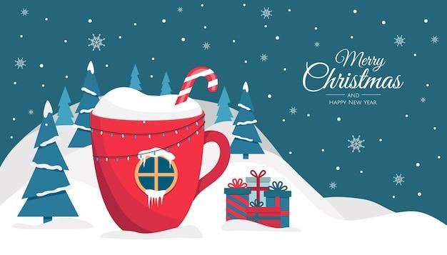 Kerstbeker met een drankje, in de vorm van een huisje in het bos. achtergrond voor uitnodiging of seizoenengroet.