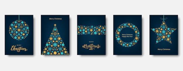 Kerstboom, bal met gouden en blauwe kerstkaart.