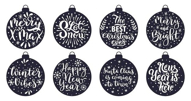 Kerstboom ballen belettering. prettige kerstdagen en gelukkig nieuwjaar wintervakantie groet citaten vector illustratie set. kerstversiering belettering