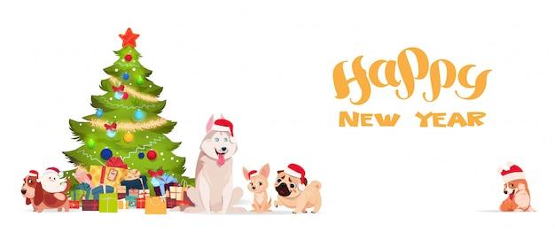 Kerstboom en schattige honden in santa hoeden op witte achtergrond gelukkig nieuwjaar banner vakantie gr
