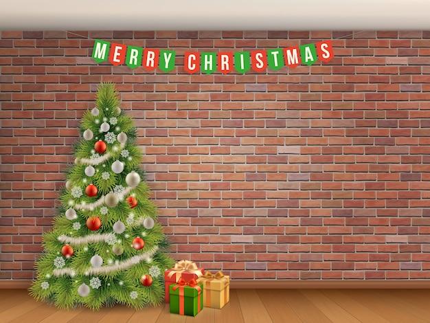 Kerstboom en slinger op rode bakstenen muur