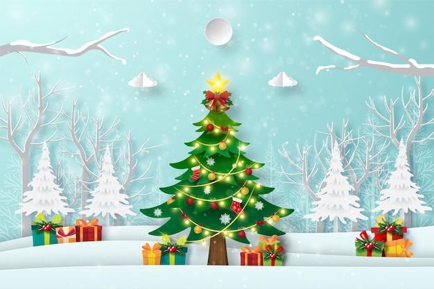 Kerstboom in het bos met cadeautjes, prettige kerstdagen en gelukkig nieuwjaar
