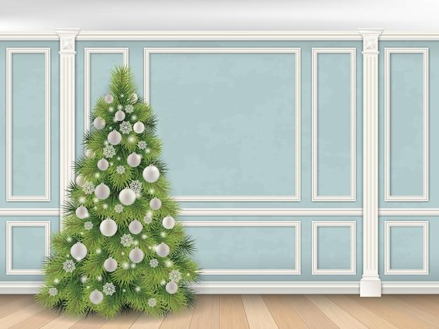 Kerstboom op blauwe muur met pilasters en vormpanelen. indoor achtergrond.