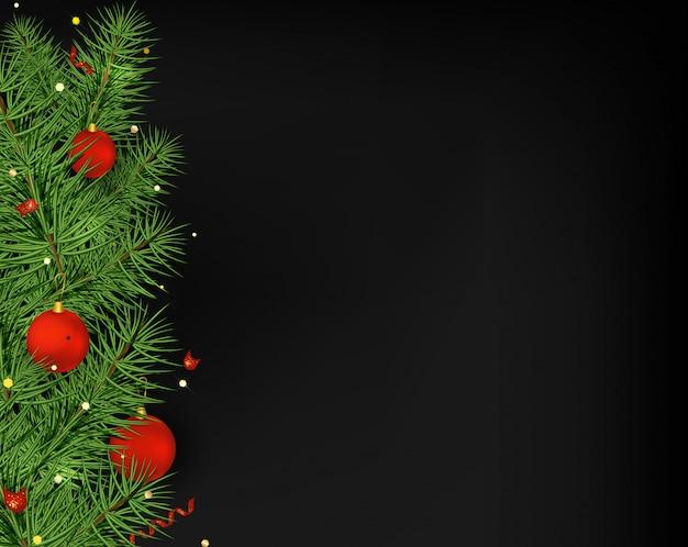 Kerstboom rode ballen, serpentijn, lichten op de zwarte.