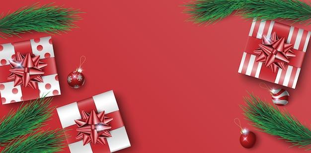 Kerstcadeaus vak op rode achtergrond met ruimte voor tekst