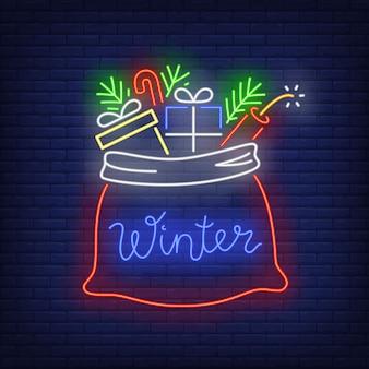 Kerstcadeautjes in zak in neon-stijl