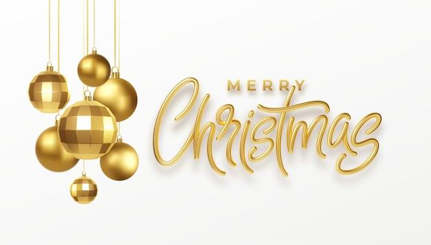 Kerstfeest kalligrafie belettering wenskaart met gouden metalen kerstversiering geïsoleerd op een witte achtergrond.