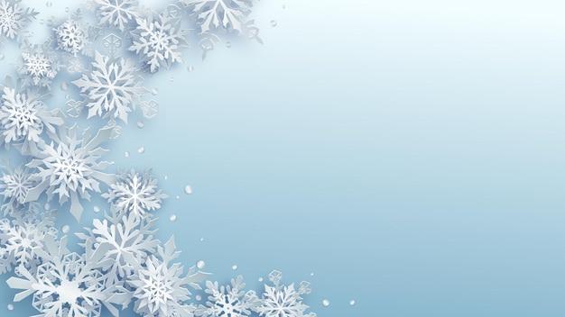 Kerstillustratie van witte complexe papieren sneeuwvlokken met zachte schaduwen op lichtblauwe achtergrond