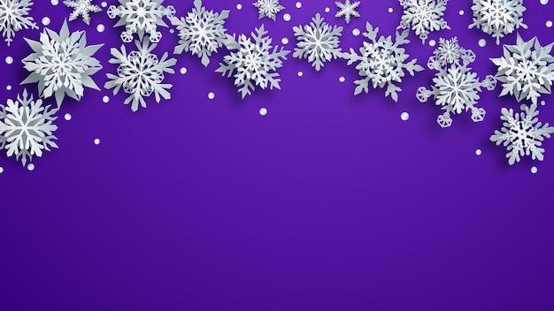 Kerstillustratie van witte complexe papieren sneeuwvlokken met zachte schaduwen op paarse achtergrond