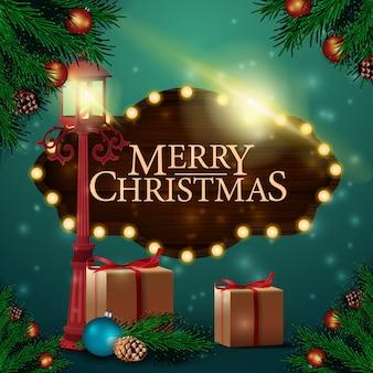 Kerstkaart met houten bord, geschenken en antieke lantaarn