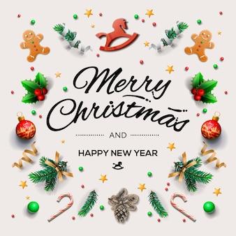Kerstkaart met kalligrafische seizoenswensen en samenstelling van feestelijke elementen zoals koekjes, snoepjes, bessen, kerstboomversieringen