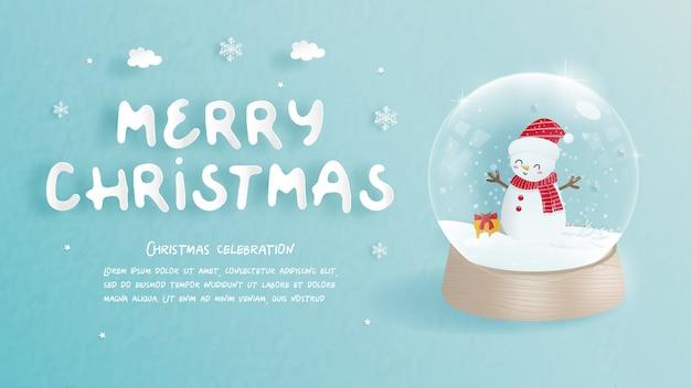 Kerstkaart met schattige sneeuwpop in een sneeuwbol in papier gesneden stijl.