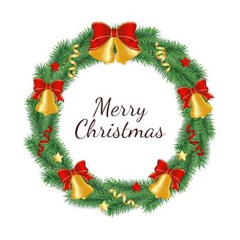 Kerstkrans gemaakt van takken van groene boom in de vorm van een cirkel versierd met klokken met strik, linten en sterren.