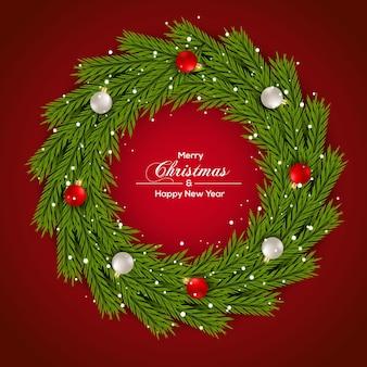 Kerstkrans groene dennentak en roodzilveren kerstbal