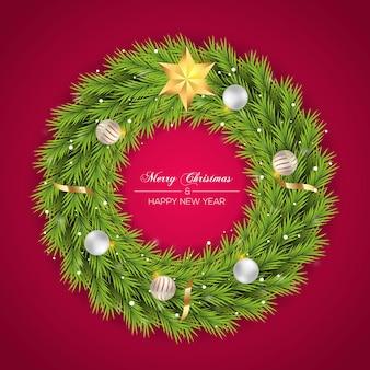 Kerstkrans met dennentak en gouden kerstbal