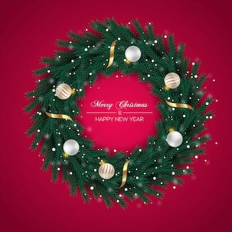Kerstkrans met groene dennentak en gouden kerstbal