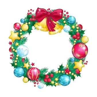 Kerstkrans van dennentakken versierd met glazen glanzende ballen en kerstklokken.