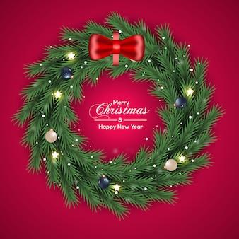 Kerstkransdecoratie groene dennentak en donkere kerstbal