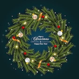 Kerstkransdecoratie groene dennentak en witte kerstbal