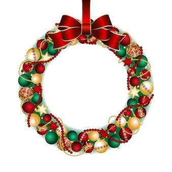 Kerstkransdecoratie van rode en gouden kerstballen met rode strikknoop.